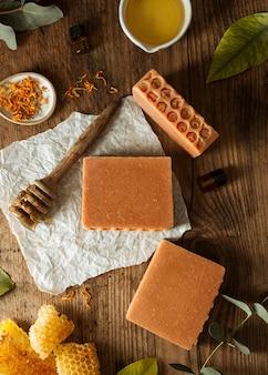 Jabón y panal de miel vista superior