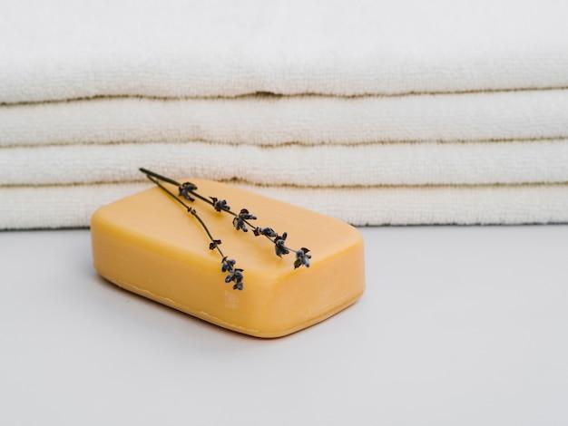 Jabón de la vista frontal con lavanda en la parte superior