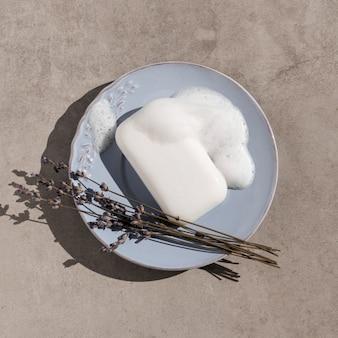 Jabón de vista superior en un plato