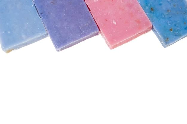 Jabones molticolor hechos a mano con aceite orgánico de lavanda y otras flores, aislado en blanco
