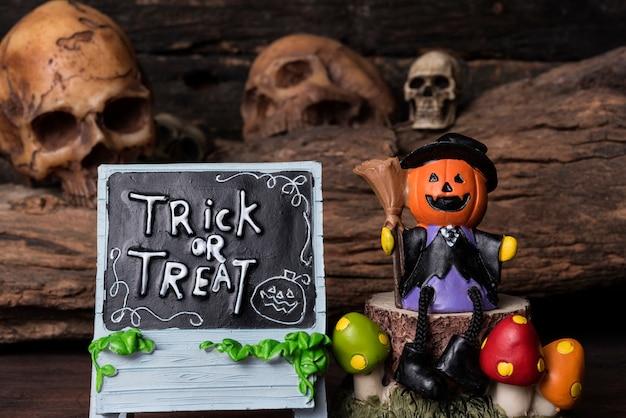 Jack-o-linterna en traje de bruja sentado en un árbol