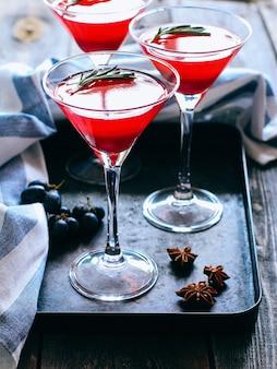 Jalea de grosella roja en un vaso. beba en copa de martini