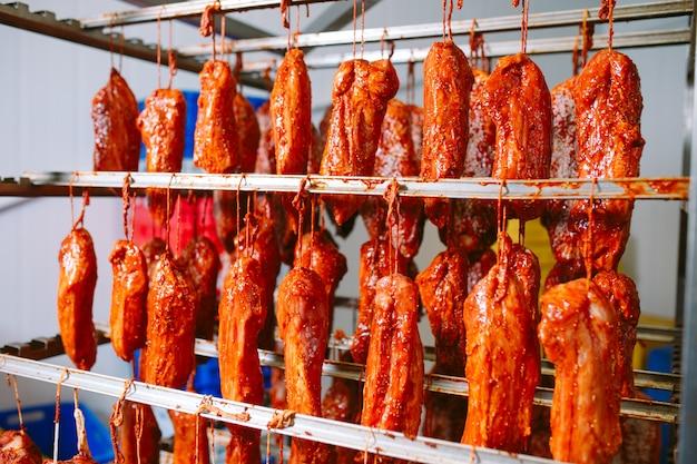 Jamón ahumado al horno. producción de salchichas en la fábrica.