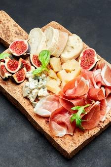 Jamón crudo italiano o jamón español, queso, higos y pan