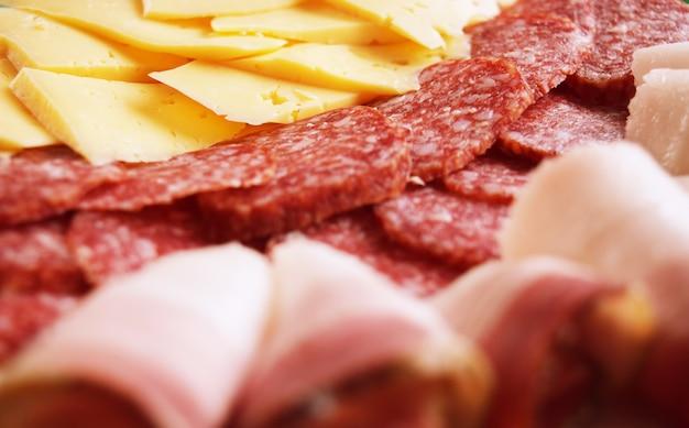 Jamón, salami, chorizo y queso.