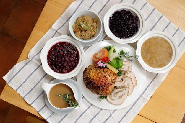 Jamón tradicional asado casero para celebrar el día de acción de gracias