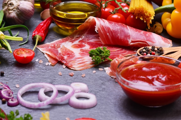 Jamón tradicional español con diferentes ingredientes
