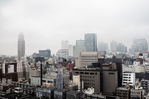 Japón / tokio - 29 de octubre de 2019: rascacielos de shinjuku, vista superior del edificio en la nube. urbanscape de la ciudad de japón inmobiliario.