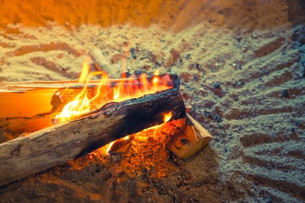 Japón vieja casa con fuego