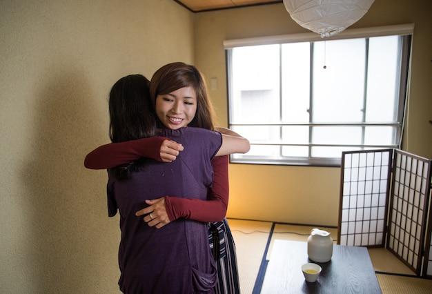 Japonesa madre e hija en un apartamento tradicional