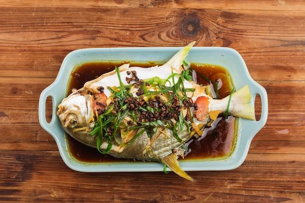 Japutas doradas al vapor, pescado al vapor con granos de pimienta