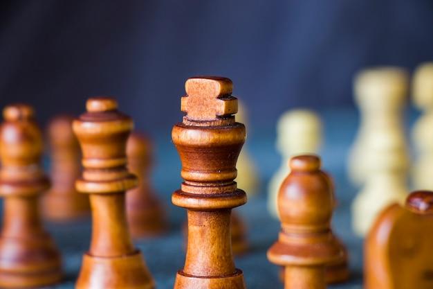 Jaque mate y figuras de ajedrez de cerca, juego de mesa