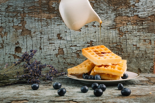 Jarabe que fluye en waffles