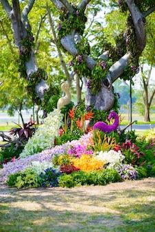 El jardín de flores tiene forma de pavo real.