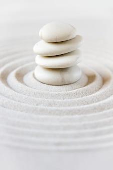 Jardín japonés zen, piedras de equilibrio