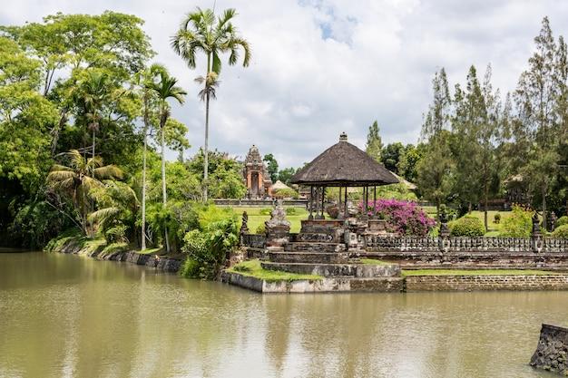 Jardín de un templo hindú