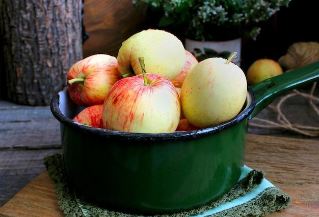 Jardín de verano manzanas menta