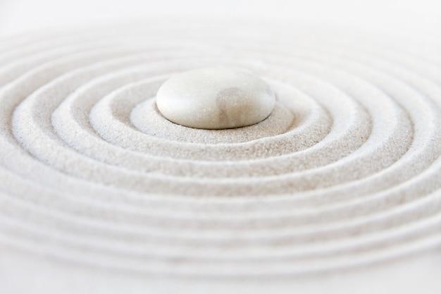 Jardín zen japonés con piedras blancas