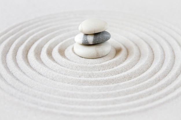 Jardín zen japonés con piedras de equilibrio
