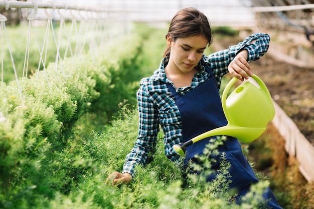 Jardinera trabajando en el invernadero