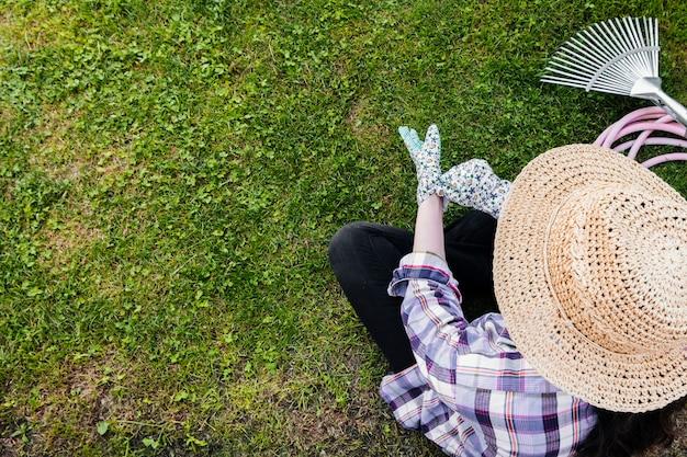 Jardinero de alto ángulo sentado y plantación