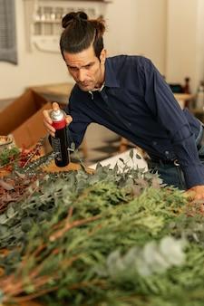 Jardinero en camisa cuidando plantas