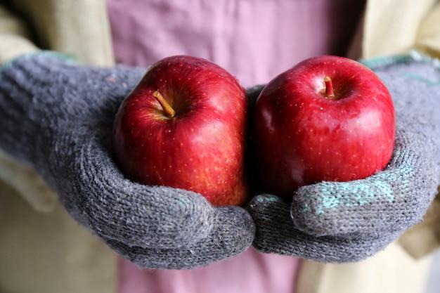 Jardinero mano asimiento manzana