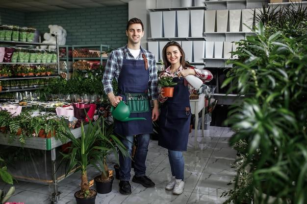 Jardineros con plantas en un hermoso centro de jardinería