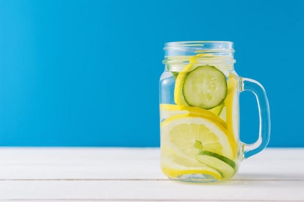 Jarra de agua desintoxicante con limón y pepino.