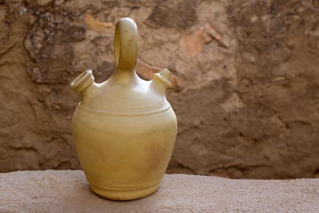 Jarra de barro tradicional botijo para mantener el agua fresca