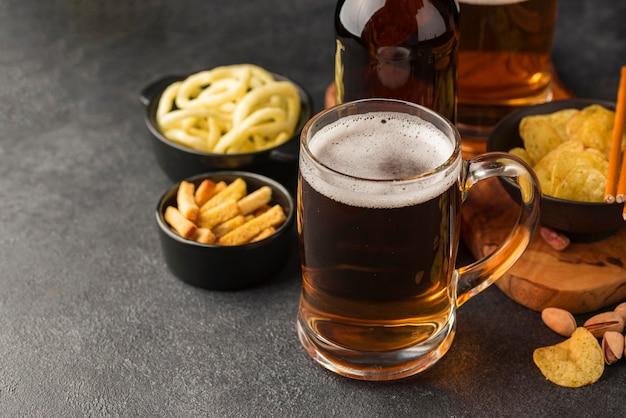 Jarra de cerveza y bocadillos de alto ángulo