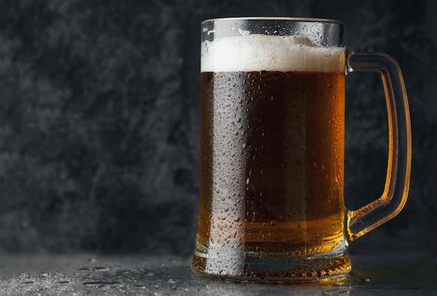 Jarra de cerveza con cerveza ligera