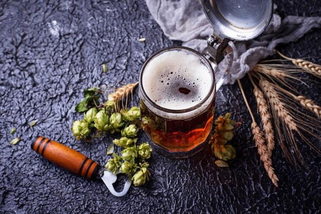 Jarra de cerveza, lúpulo y malta.