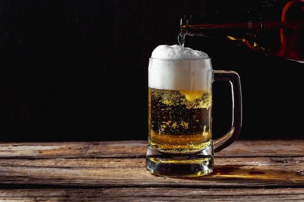Jarra de cerveza en la mesa de madera