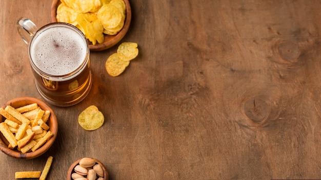 Jarra de cerveza y patatas fritas con espacio de copia