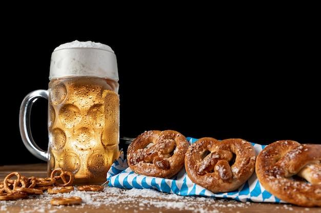 Jarra de cerveza con pretzels sobre una mesa