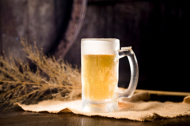 Jarra de cerveza con rama borrosa