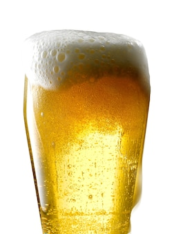 Jarra de cerveza sobre fondo blanco.