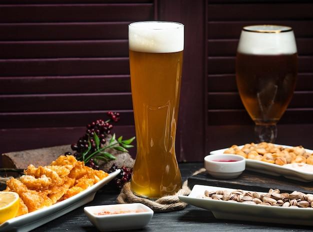 Jarra de cerveza sobre la mesa