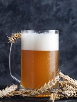 Una jarra de cerveza de trigo sin filtrar sobre un fondo oscuro