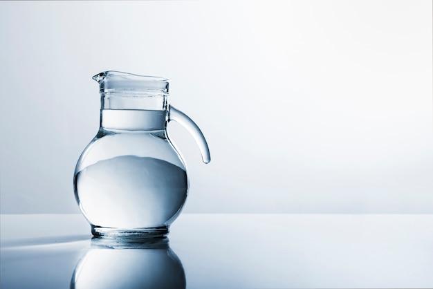 Jarra de cristal llena de agua