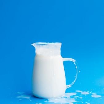 Jarra de cristal llena de leche