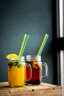 Jarra de cristal con zumo de fiesta con frutas.
