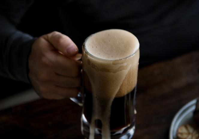 Jarra de cerveza desbordante