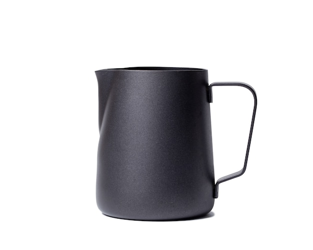 Jarra de leche de acero inoxidable negro jarra de leche de acero inoxidable negro sobre blanco