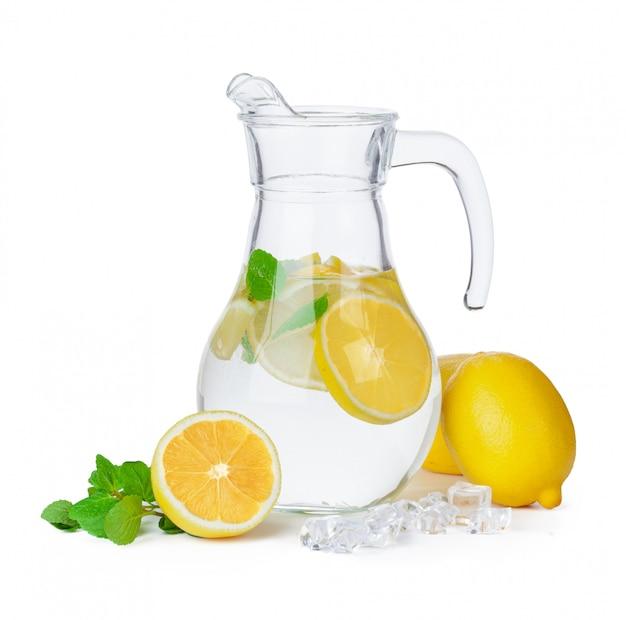 Jarra de limonada aislada en blanco