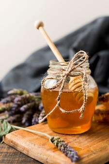 Jarra de miel con cuchara y lavanda