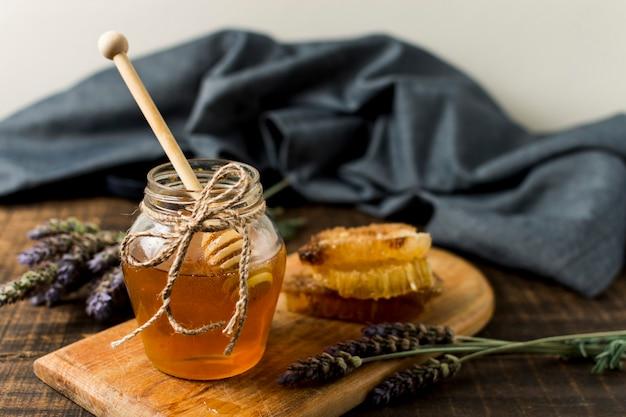 Jarra de miel con lavanda
