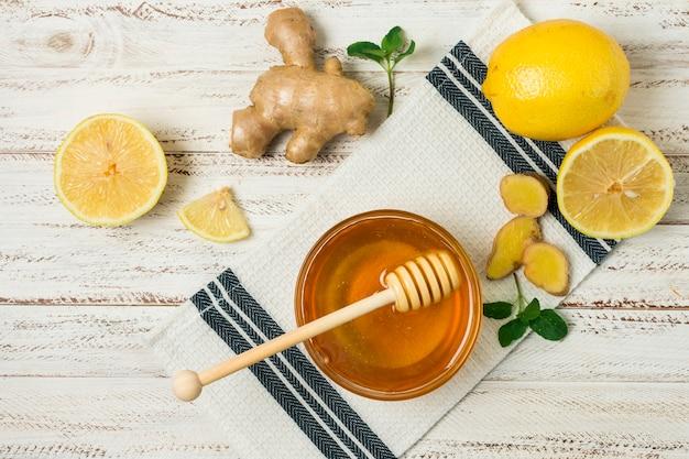 Jarra de miel con limón y gengibre