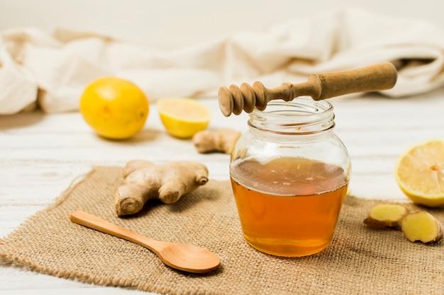 Jarra de miel con limón y jengibre